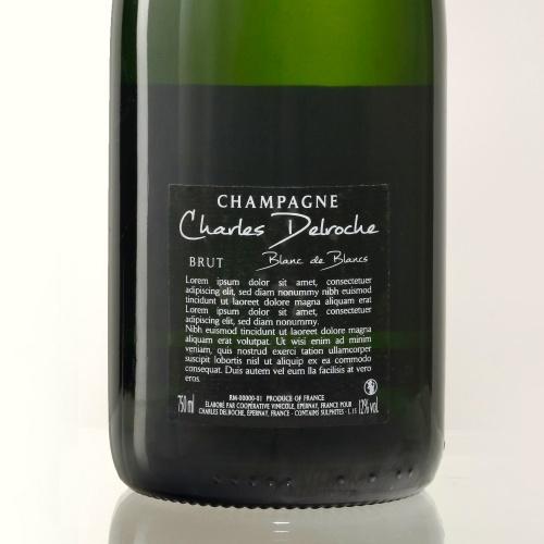 Étiquette transparente avec les écritures en blancs sur bouteille verte de Champagne