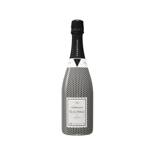 Sleeve décoré de triangles noirs et blanc sur bouteille de Champagne