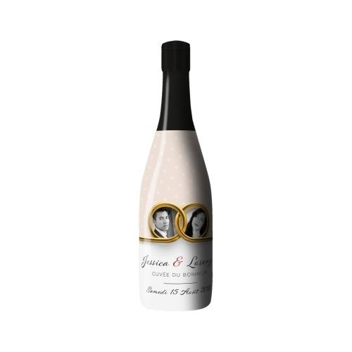 Sleeve en plastique sur bouteille avec un décor sur le thème du mariage
