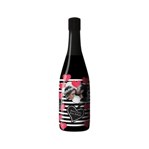 Sleeve noir avec des rayures et des coeurs en décor sur bouteille